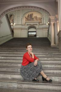 Sirpa Kähkösen lempipaikka on Ateneumin upea portaikko. Helene Schjefbeckille se tosin oli liian raskas nousta; tuolloin ei ajateltu, että liikuntaesteistenkin pitäisi päästä Ateneumiin.
