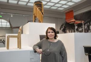 Tuttuja huonekaluja katsoo Aalto-näyttelyssä uusin silmin, kun ympärillä levittäytyy lahjakkaan taiteilijan moniulotteinen tuotanto.