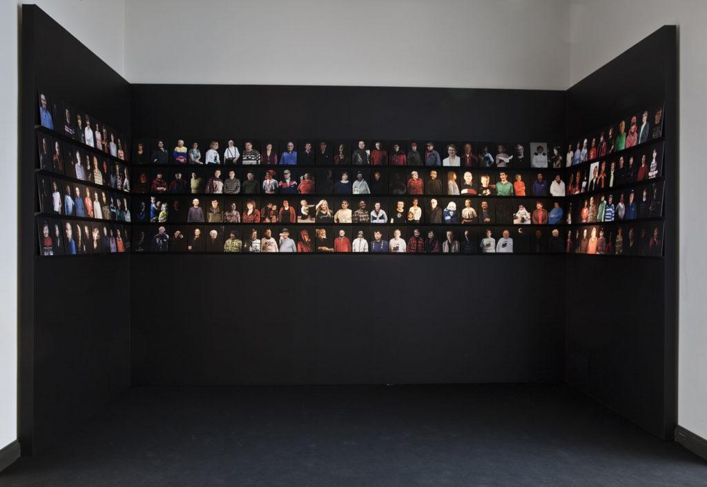 Elina Juopperi: Kaikki kielen puhujat -30 -installaatio. Kuva: Kansallisgalleria / Jenni Nurminen