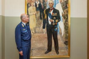 Aikaisempien komentajien kuvat koristavat pääesikunnan käytäviä. Gustaf Hägglundin muotokuva poikkeaa perinteisestä tyylistä.