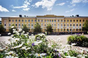 Hiljattain remontoitu pääesikunnan rakennus Kasarmitorin laidalla on vuodelta 1822.