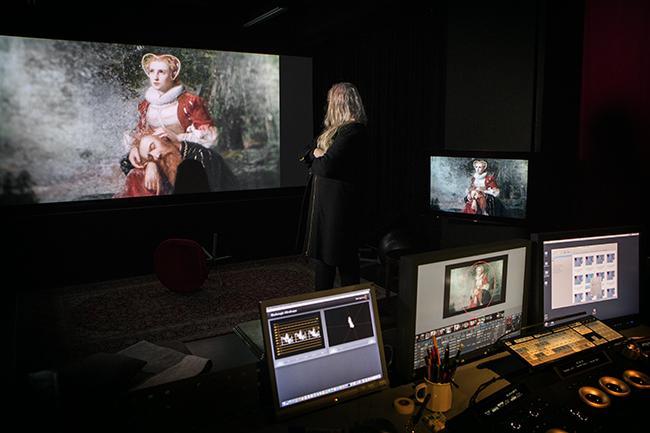 Värimäärittely on tärkeä osa elokuvan viimeistelyä. Terhi Amberla työn touhussa Post Control Oy:ssä.