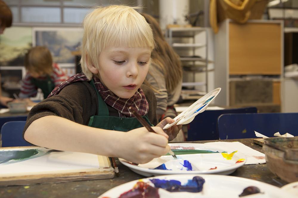 Lapsi maalaa Ateneumin taidepajassa