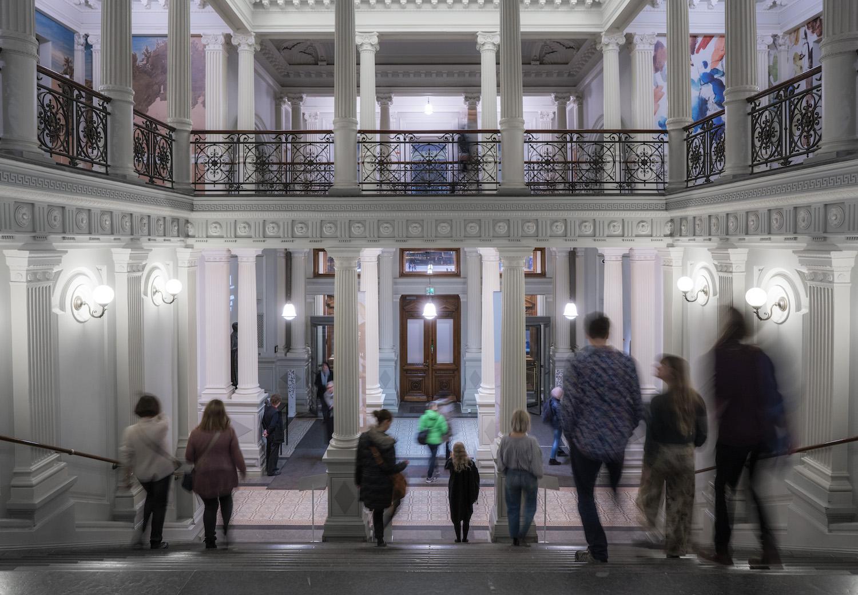 Ihmisiä portaikossa ja aulassa ilmaispäivänä.