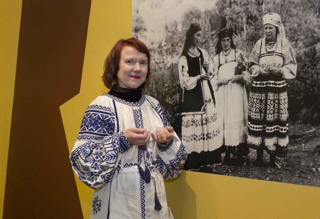 Kuuakauden vieras Rosa Liksom kuvattu Natalia Goncharovan näyttelyssä.