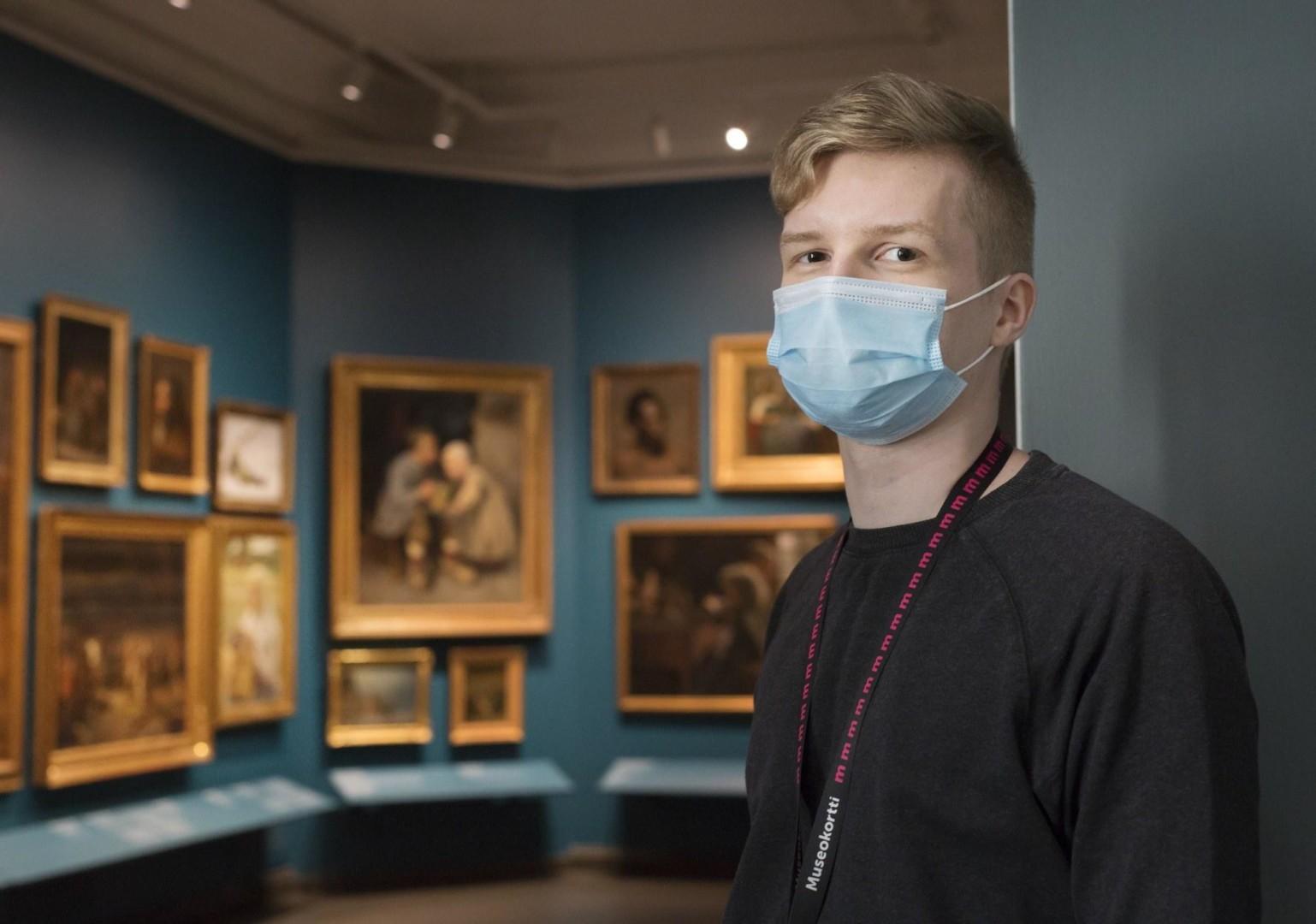Museovalvoja maski kasvoilla