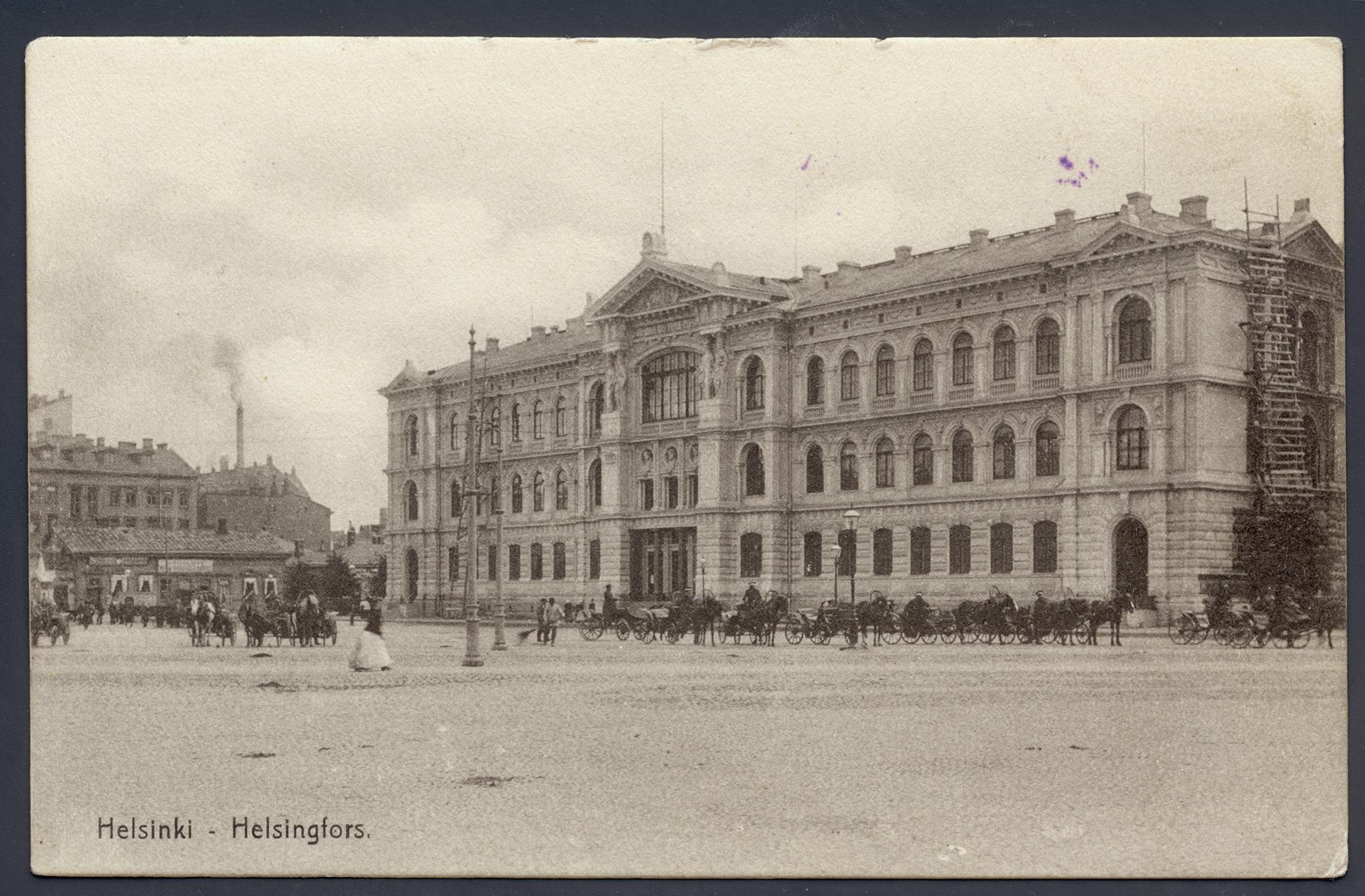 Ateneum noin vuonna 1887. Rakennuksen edessä hevoskärryjä. Keskuskadun puoleisessa päädyssä vielä rakennustelineet.