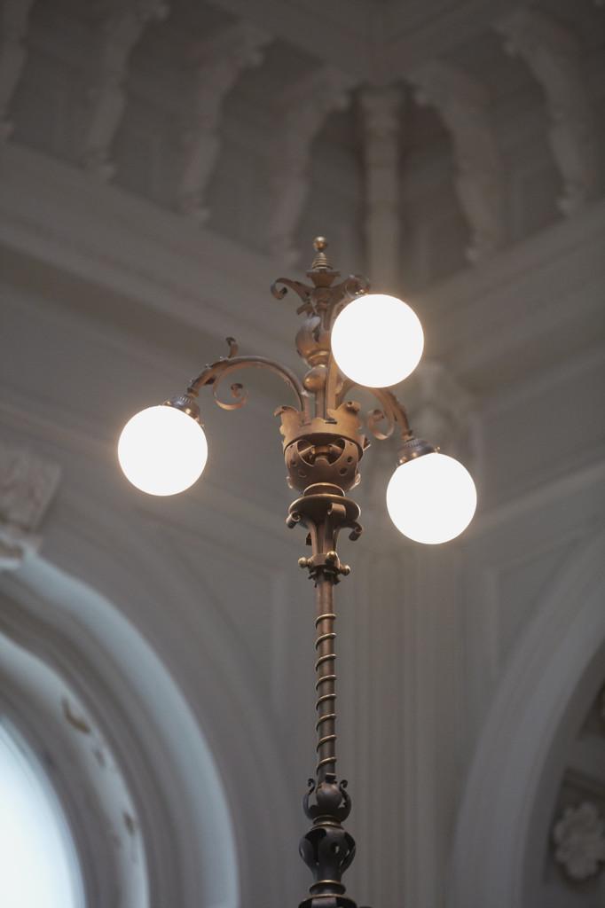 Yksityiskohta Ateneumin pääportaikosta: koristeellinen valaisin