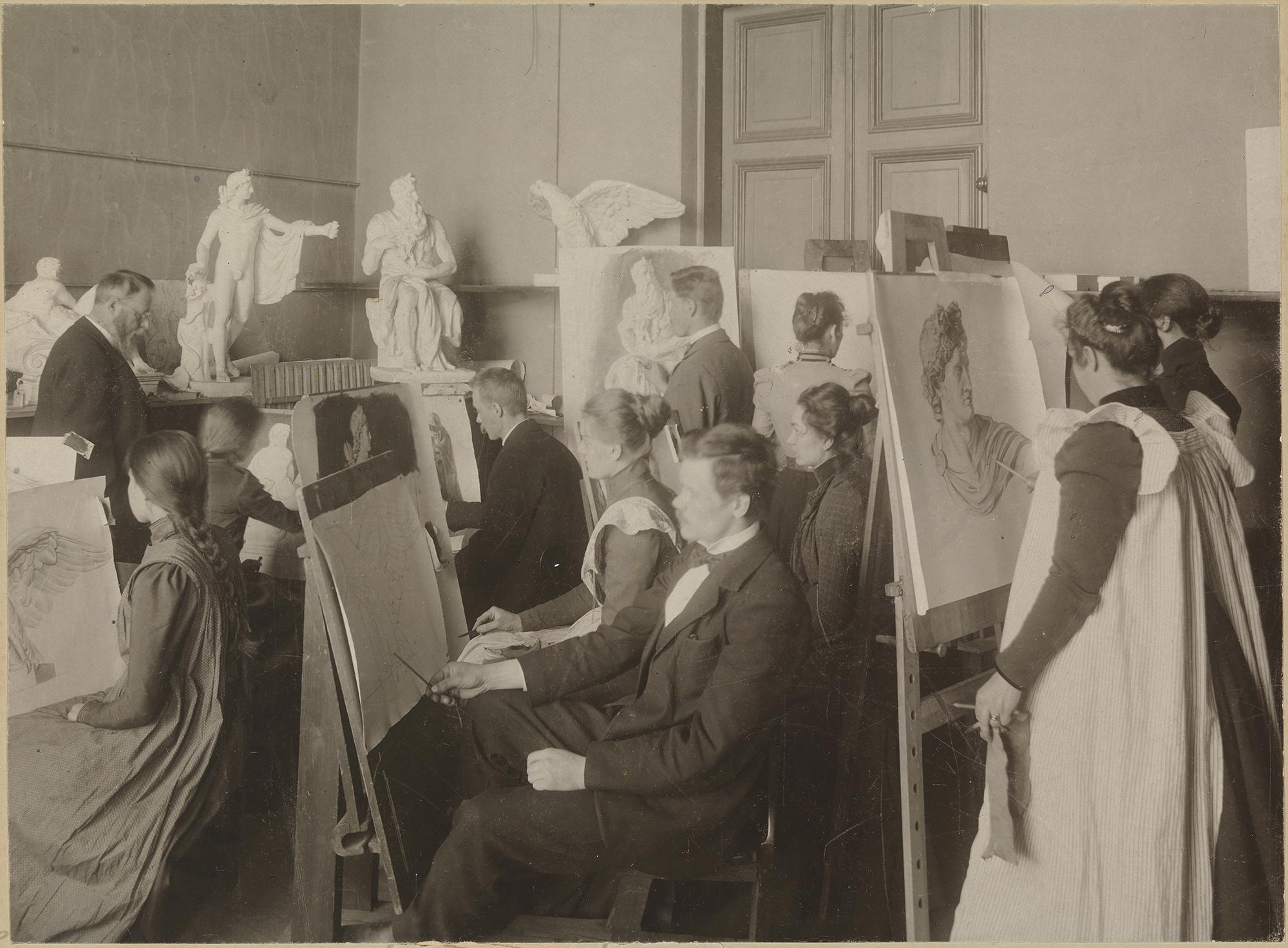 Taideopiskelijoita vuonna 1898 piirustustelineiden äärellä, taustalla näkyy kipsimalleja.