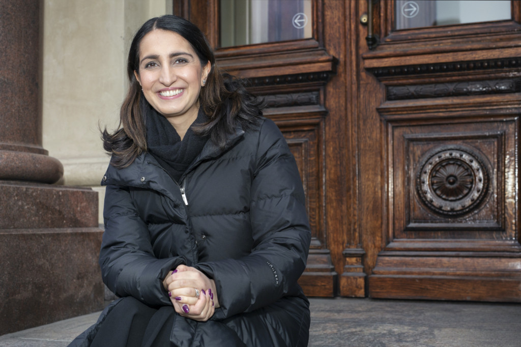Helsingin apulaispormestari Nasima Razmyar istuu Ateneumin portailla.