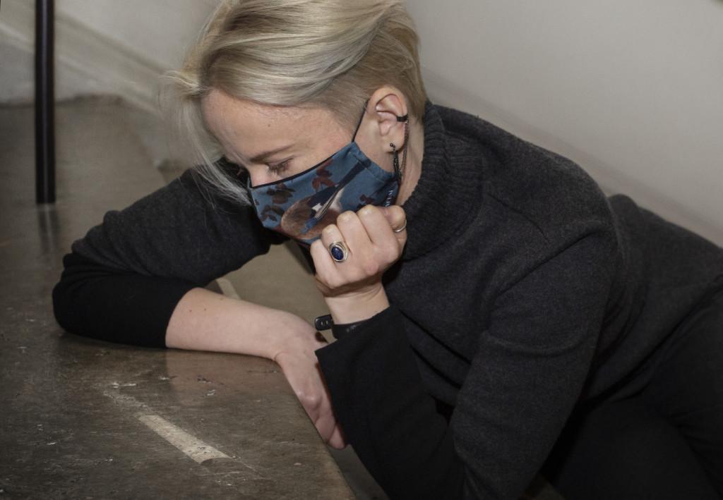 Anne Liljeström katsoo Ateneumin pääportaikon fossiilia. Kuva: Kansallisgalleria / Jenni Nurminen