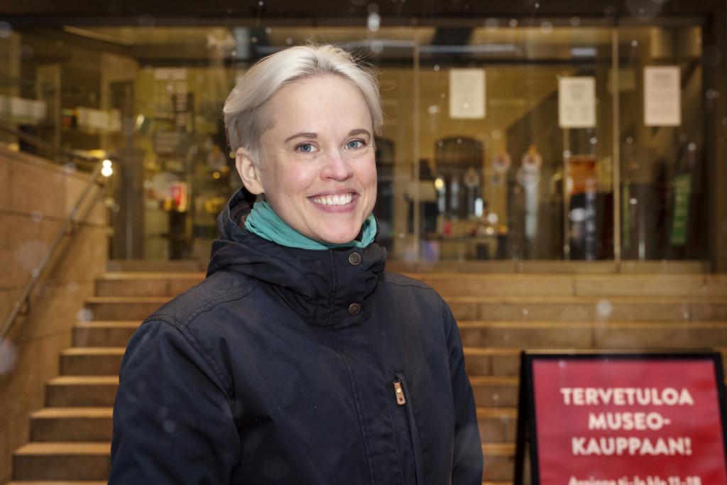 Anne Liljeström Ateneuminkujan sisäänkäynnin edessä.