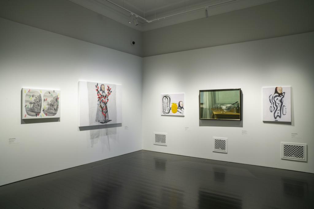 Hannu Väisäsen ja Nils Schillmarkin taideteoksia näyttelysalissa.