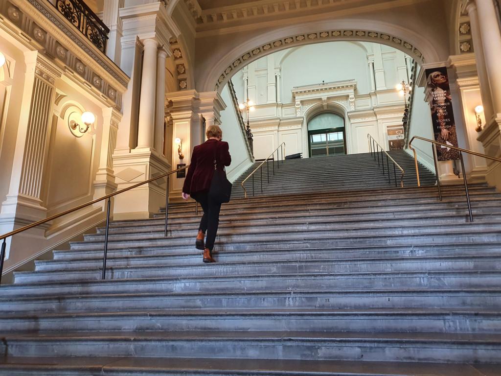 Venäjän kielen ja kulttuurin professori Sanna Turoma kävelee ylös Ateneumin pääportaikkoa.