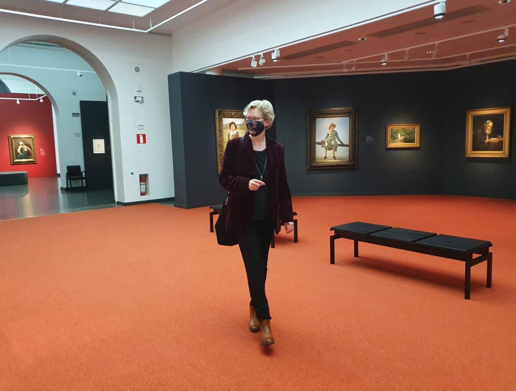 Venäjän kielen ja kulttuurin professori Sanna Turoma katsoo taideteoksia Ateneumin Ilja Repin -näyttelyssä.
