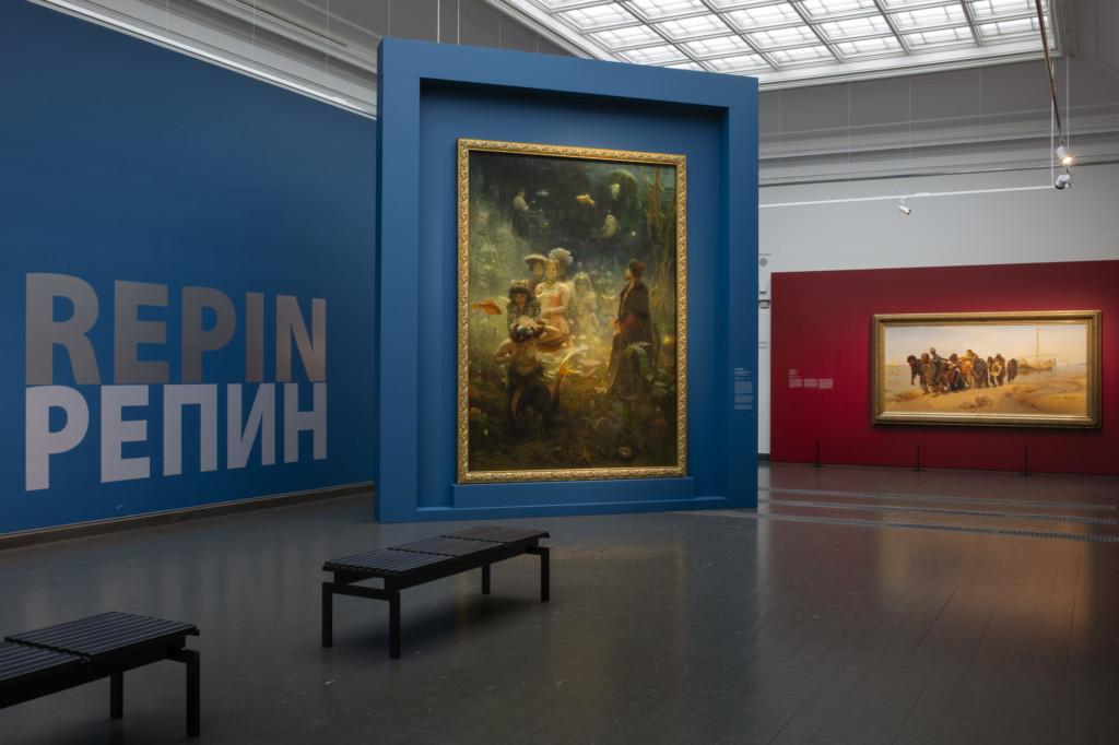 Repin-näyttelysali, seinällä teokset Sadko ja Volgan lautturit