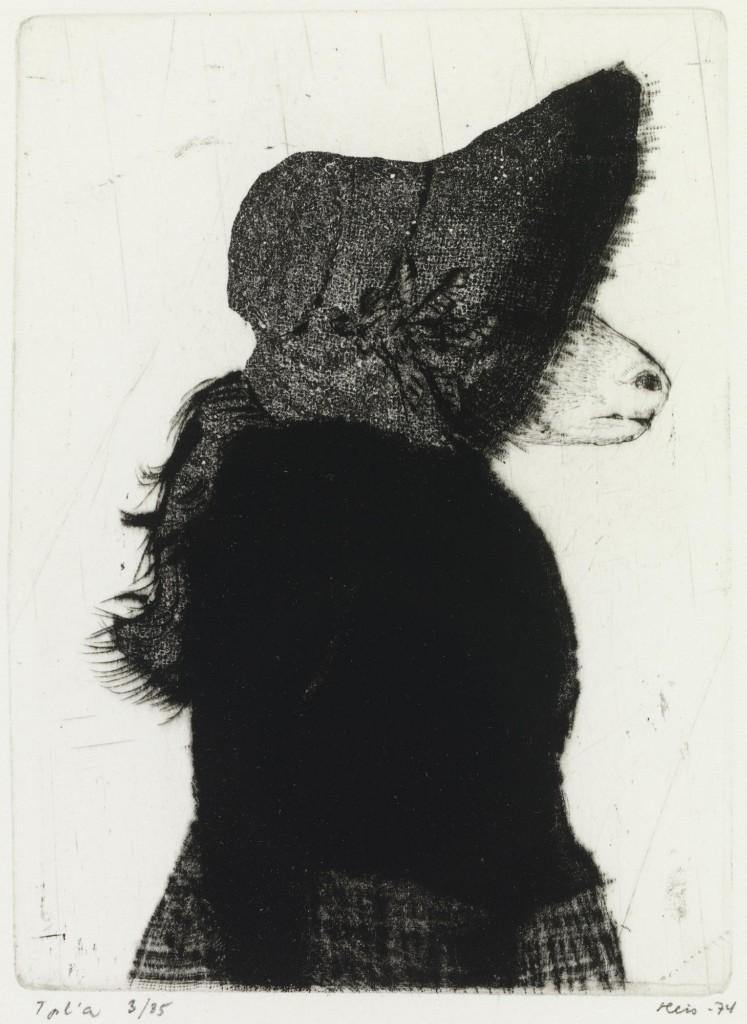 Eläinhahmo, jolla on silmät peittävä hattu. Mustavalkoinen kuva.