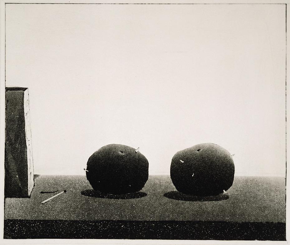 På bordet finns två potatisar som har börjat gro