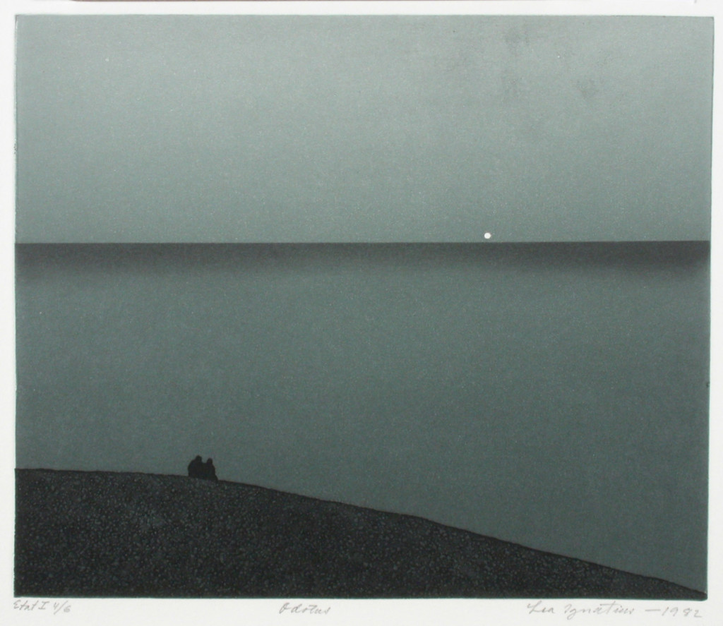 Ett landskap med två små figurer på en sten i förgrunden, med en lugn vattendrag som öppnar sig framför dem. Fullmånen är synlig i horisonten.